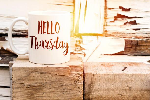text hallo donnerstag auf aromatischen kaffee auf holzwürfel - donnerstagnachmittag stock-fotos und bilder
