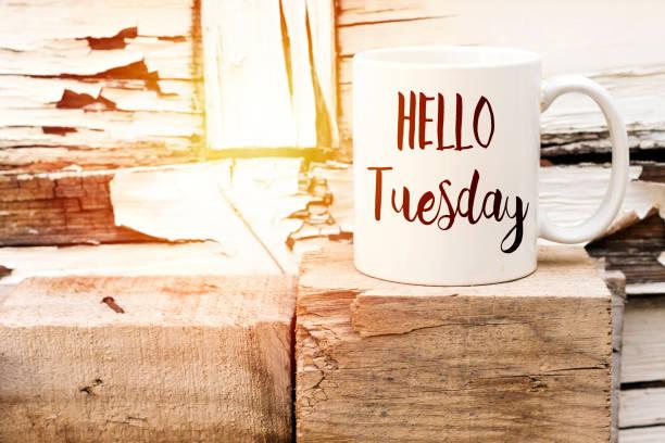Text Hallo Dienstag auf aromatischen Kaffee auf Holzwürfel – Foto