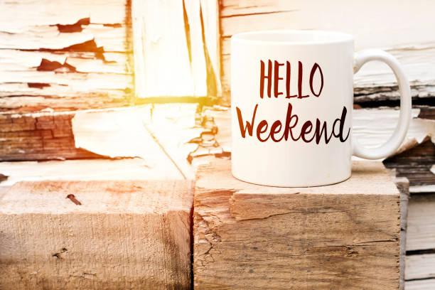 本文こんにちは木製キューブ芳香族コーヒー カップの週末 - 週末の予定 ストックフォトと画像
