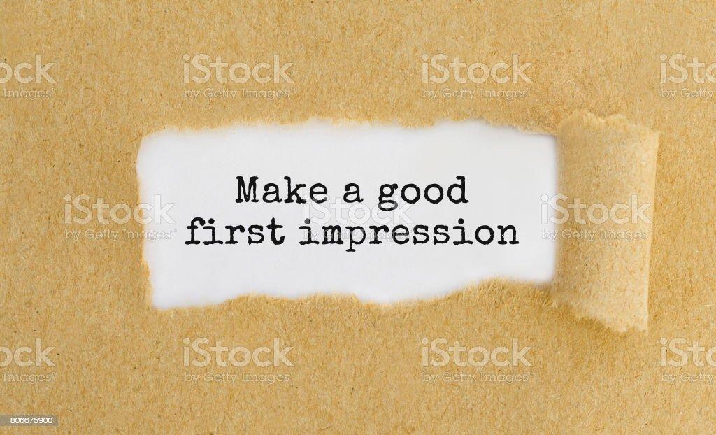 Texto hacer una buena primera impresión que aparecen detrás de papel rasgado - foto de stock