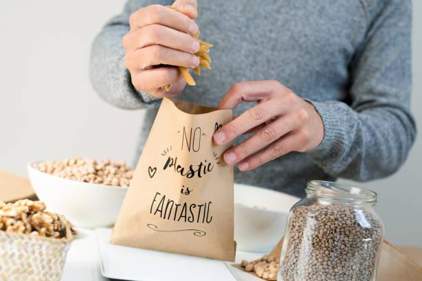 text no plastic is fantastic in a paper bag - rifiuti zero foto e immagini stock