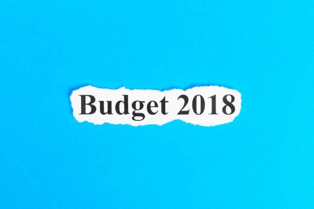 budget 2018 text auf papier. wort budget 2018 auf zerrissenes papier. konzept-bild - männer zitate stock-fotos und bilder