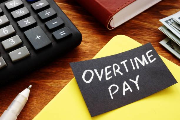 signo de texto que muestra palabras escritas a mano pago de horas extras - trabajar hasta tarde fotografías e imágenes de stock