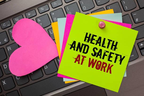 text tecken visar hälsa och säkerhet på arbetet. konceptuella foto säkra förfaranden förebygga olyckor undvika fara ljusa färgglada skrivna papper nypa av pin rosa hjärta på datorns tangentbord. - arbetssäkerhet bildbanksfoton och bilder