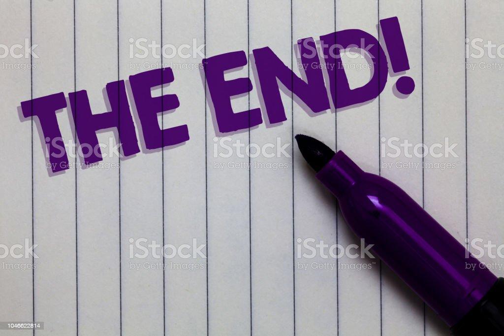 Text-Zeichen zeigen die motivationalen beenden. Konzeptionelle Foto Abschluss der Zeit für das Ende des Lebens Notepad Marker Pen Ideen Gedanken weißen Papier wichtig Schwarze Schatten. – Foto