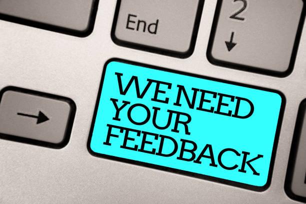 text zeichen zeigen wir brauchen dein feedback. konzeptionelle foto geben sie uns ihre kommentare, gedanken, welche verbesserung silber grau computertastatur mit blauen knopf schwarz geschriebenen text farbe. - feedback stock-fotos und bilder