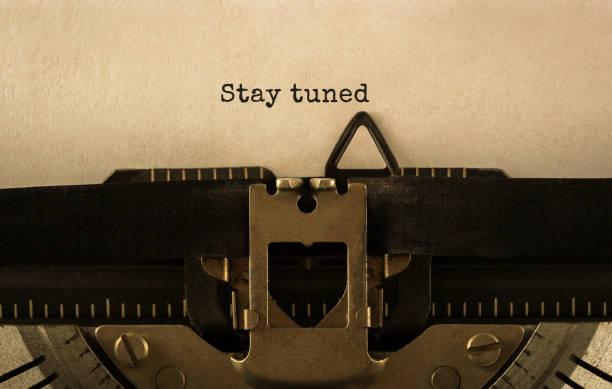text stay tuned skrivit på retro skrivmaskin - stay tuned bildbanksfoton och bilder