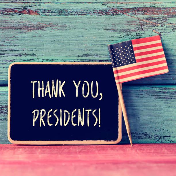 presidentes de obrigado texto em um quadro-negro e a bandeira dos eua. - presidents day - fotografias e filmes do acervo