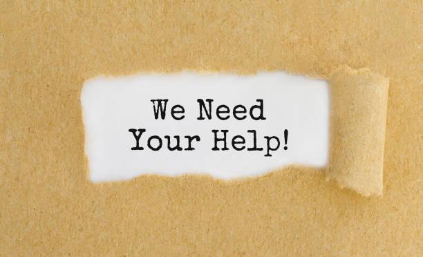 Text wir brauchen Ihre Hilfe erscheint hinter zerrissene braune Papiertüte – Foto