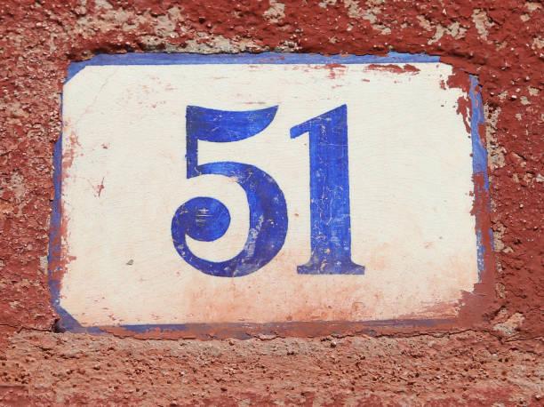 texto con el número 51 en la pared - numero 51 fotografías e imágenes de stock