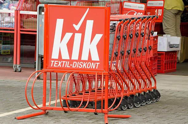 kik textil ermäßigung einkaufswagen - kik textilien stock-fotos und bilder