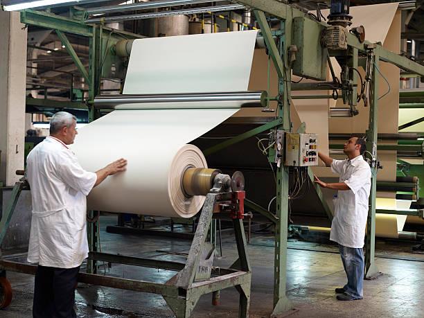 textil-fabrik und arbeitnehmer  - papierrollen stock-fotos und bilder