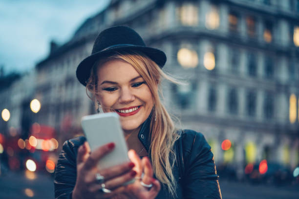 mensagem de texto à noite - standing out from the crowd (expressão inglesa) - fotografias e filmes do acervo