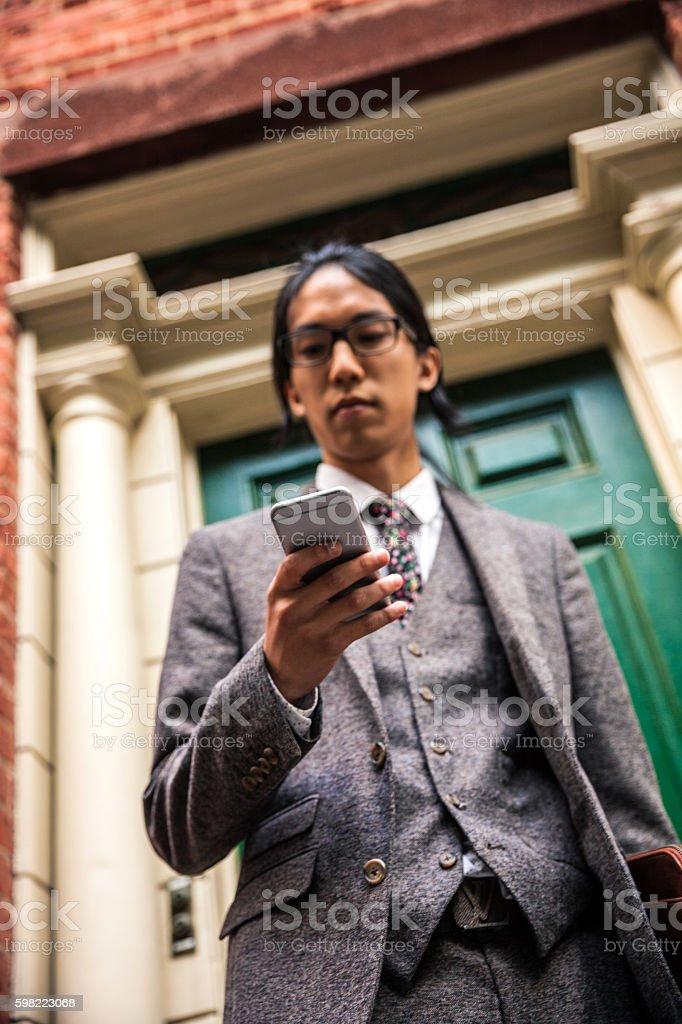 Mensagem de texto no celular em Soho, Nova York foto royalty-free