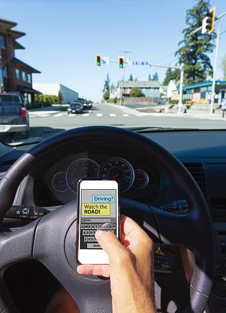 SMS während der Fahrt mit einem der Ampel Grün – Foto