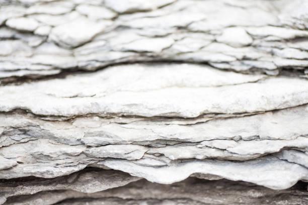 Strukturelle geschichtete Felsen im Licht grau kühle Tönen – Foto