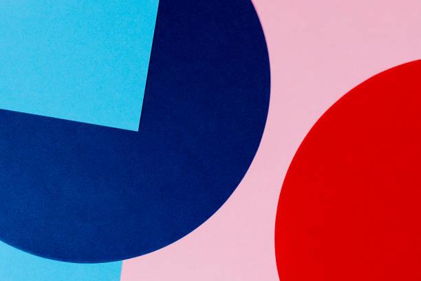 Textur Hintergrund von Modepapieren im Memphis-Geometrie-Stil. Blaue, hellblaue, rote und pastellrosa Farben. Ansicht von oben, flach liegend – Foto