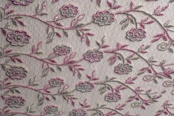 texture, arrière-plan, motif. dentelle rose orné de fleurs sur fond blanc. fond de dentelle rose joliment décoré avec des fleurs - damas en matière textile photos et images de collection