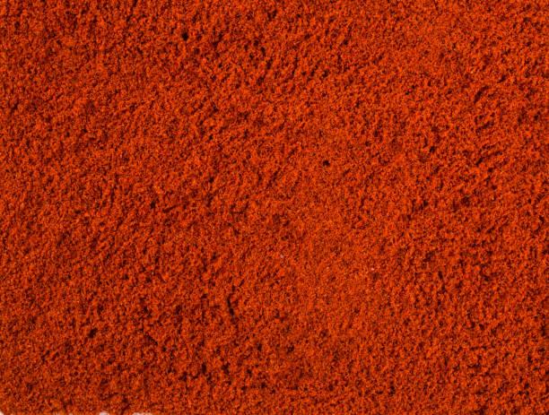 textuur achtergrond. rode paprika poeder bovenaanzicht - paprikapoeder stockfoto's en -beelden
