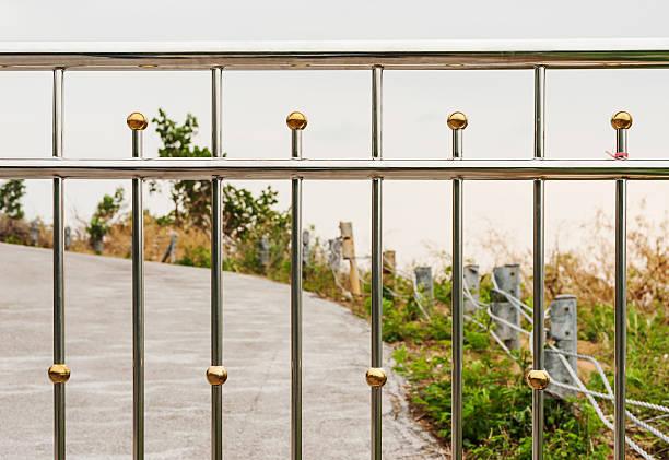 textur von zaun metall-steel - alu zaun stock-fotos und bilder