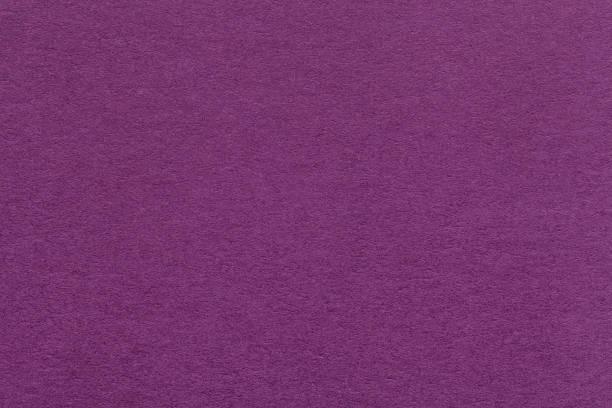textur des alten dunklen lila papier closeup. struktur der dichten pappe. magenta hintergrund. - pflaumen wände stock-fotos und bilder