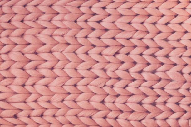 質地的粉紅色針織毯。大針織。格子美利奴羊毛。頂部視圖 - 針織品 個照片及圖片檔