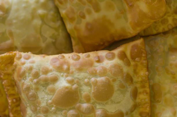 textura do tradicional pastel brasileiro. - pastel de feira - fotografias e filmes do acervo