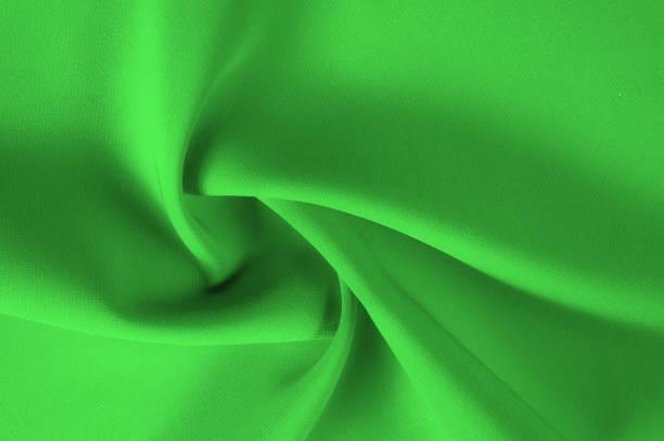 textur, muster. grünem seidenstoff. dieses qualitativ hochwertige seide dip machte vor allem für die stimmung zu präsentieren. dieser wunderschöne stoff enthält eine reiche farbgebung, ist super glatt und besteht aus einer klaren drapierung. - dip gefärbt stock-fotos und bilder