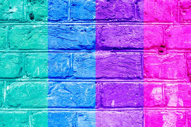 strukturierte ziegelwand mit leuchtend bunten längsstreifen von grün, blau, vilet und rosa, abstrakten hintergrund. konzept der graphit-wände, stadtkultur, aerosol-bilder. - blumenstreifen stock-fotos und bilder