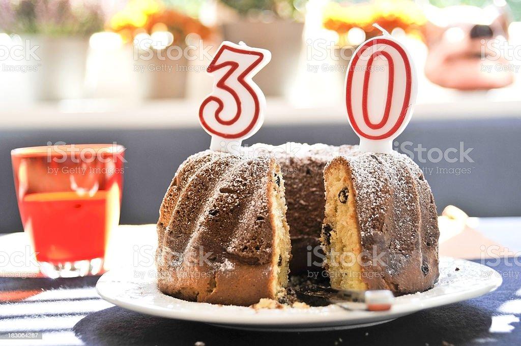 30 Geburtstaggeburtstagskuchen Gugelhupf Stock Fotografie Und Mehr