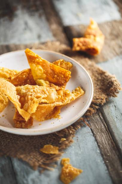 Thaï Crackers ou Chips de Riz pour la Soupe. Thaï Street Food Thaï Crackers ou Chips de Riz pour la Soupe. Thaï Street Food riz stock pictures, royalty-free photos & images