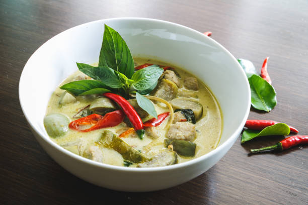 thaï green curry. plat thaïlandais - ocimum tenuiflorum stock-fotos und bilder