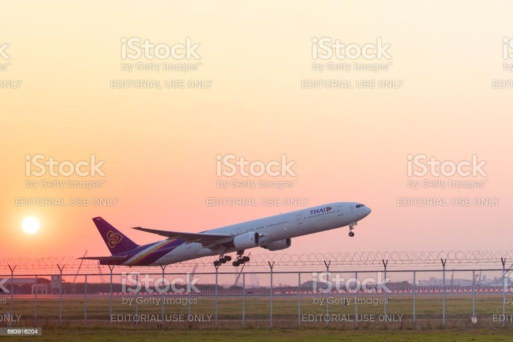 Planta vía aérea tailandesa que despegaba del aeropuerto de suvarnabhumi en 11 de febrero de 2017 en bangkok Tailandia - foto de stock