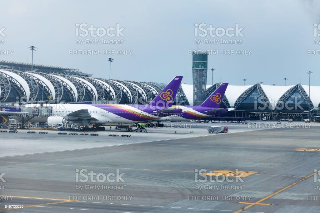 Aeroplanos de Thai Airways en el aeropuerto de Survanabhumi - foto de stock