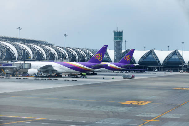 Aeroplanos de Thai Airways en el aeropuerto de Survanabhumi - foto de stock