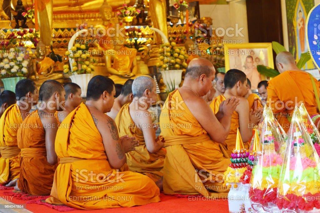タイ仏教の僧侶が宗教儀式のために座る - アジア大陸のロイヤリティフリーストックフォト