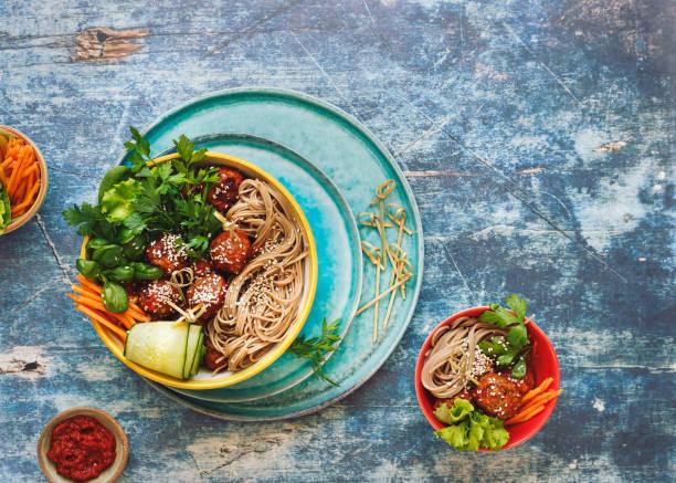 thai huhn frikadelle noodle bowls mit grünem gemüse und kräutern - gesunde huhn pasta stock-fotos und bilder