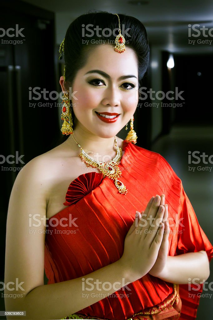 Thai Traditionelle Chinesische Frau Die Trägt Roten Kleid ...