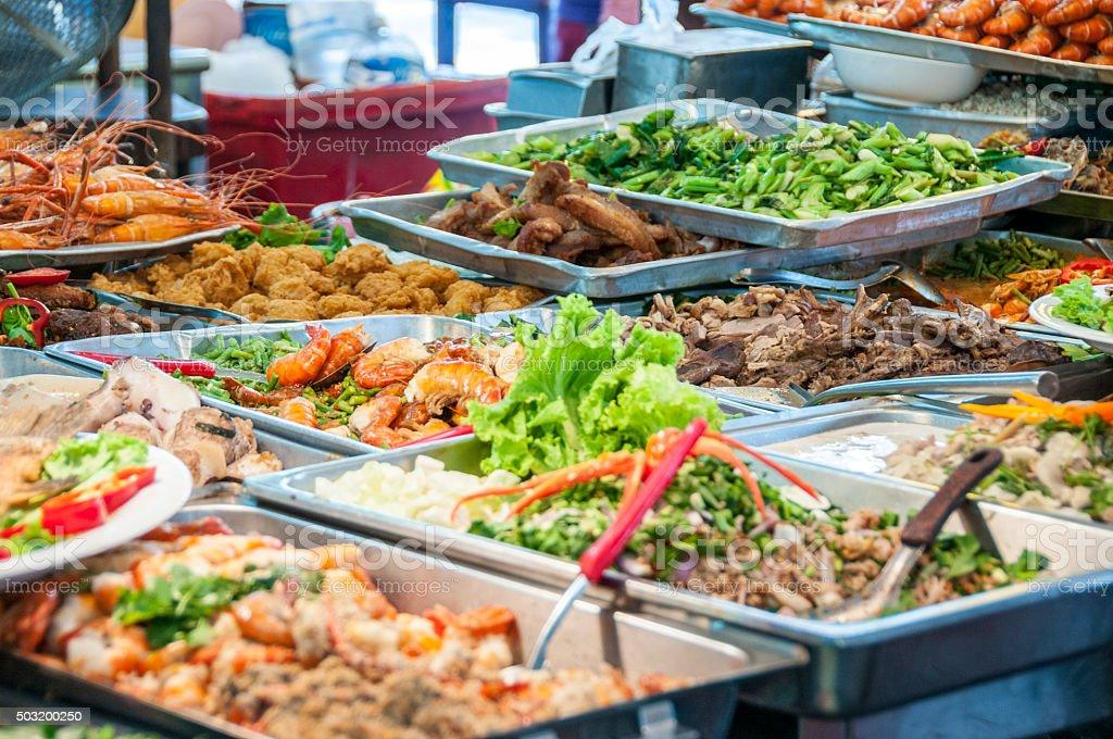La cocina tailandesa en una cafetería en la acera en Bangkok, Tailandia - foto de stock