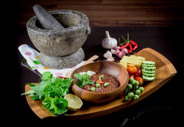 Thai-Küche Nam Prik oder Chili Paste vermischt sich mit Fisch serviert mit verschiedenen Gemüsen – Foto