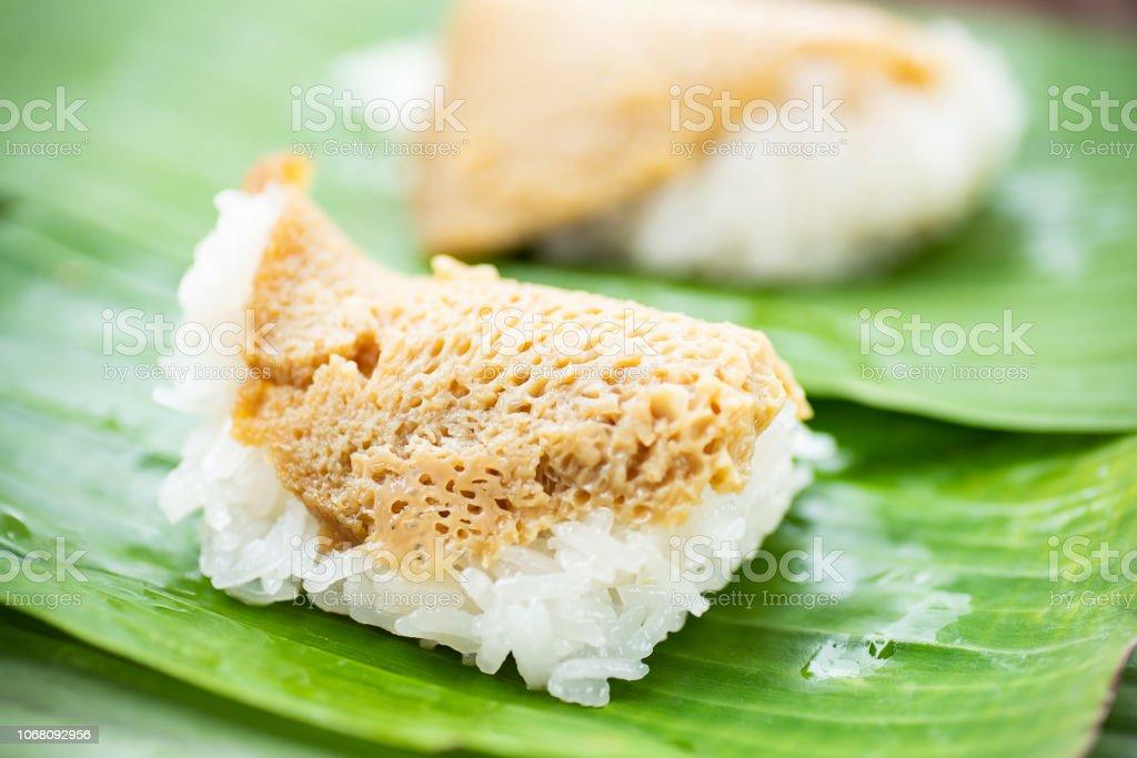Thai Dessert, süßer Klebreis mit Eiercreme an der Spitze – Foto