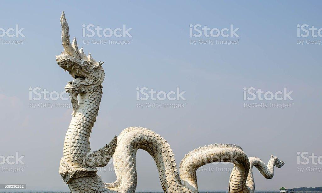 Thai dragon o estatua de Naga con cama king foto de stock libre de derechos