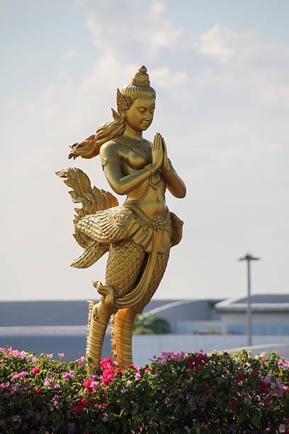 thailändische frauen engel-statue - engel zeichnen stock-fotos und bilder
