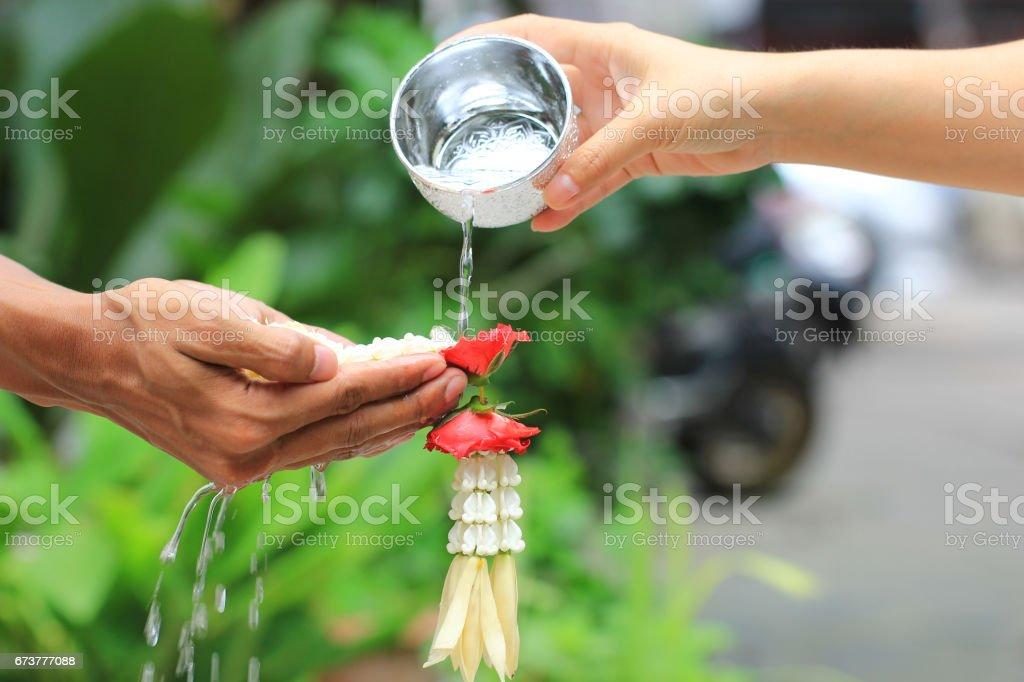 Thaï festival Songkran, cérémonie de bénédiction de l'eau des adultes photo libre de droits