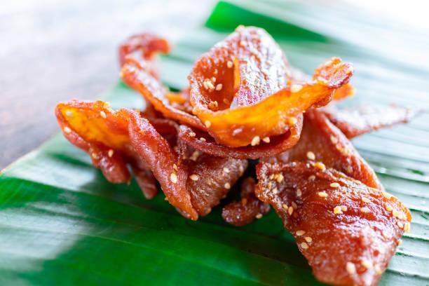 Thailändisches Essen, gebratenes getrocknetes geschreddertes Schweinefleisch auf Bananenblatt. – Foto