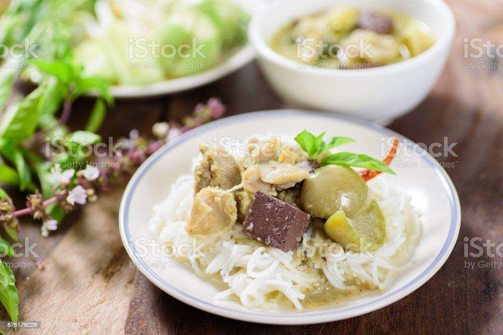 Thai-Food, Reis Nudeln Nudeln mit grünem Curry Huhn – Foto