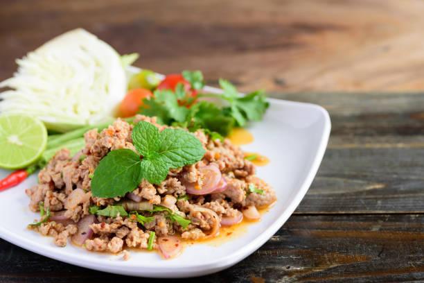 Thailändisches Essen, würziger Hackfleischsalat (Larb Moo) – Foto