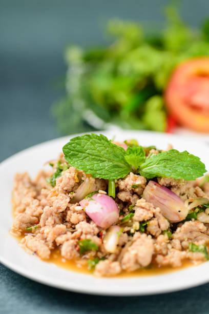 thai-food, würzige gehacktem schweinefleisch salat (larb moo) - moo stock-fotos und bilder
