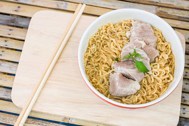 thailändische speisen wie tom-yum-moo - moo stock-fotos und bilder