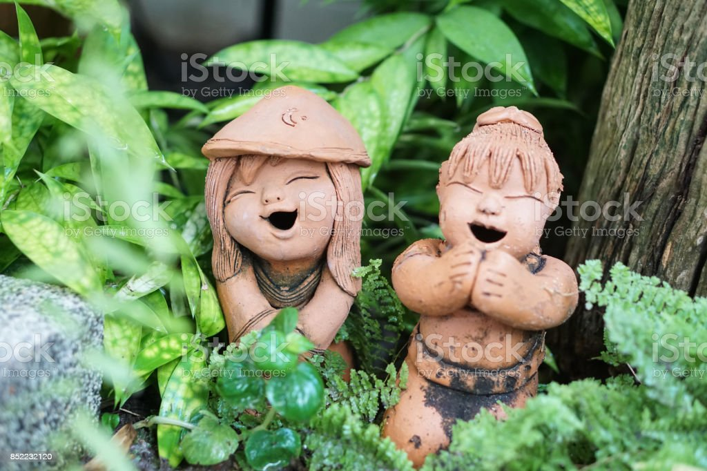 Thai Garten Ton Smiley Mädchen Figur Skulptur Stock Fotografie Und